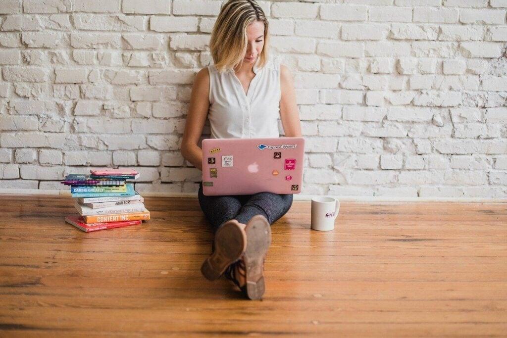 diz üsüt bilgisayarı ile çalışan kadın